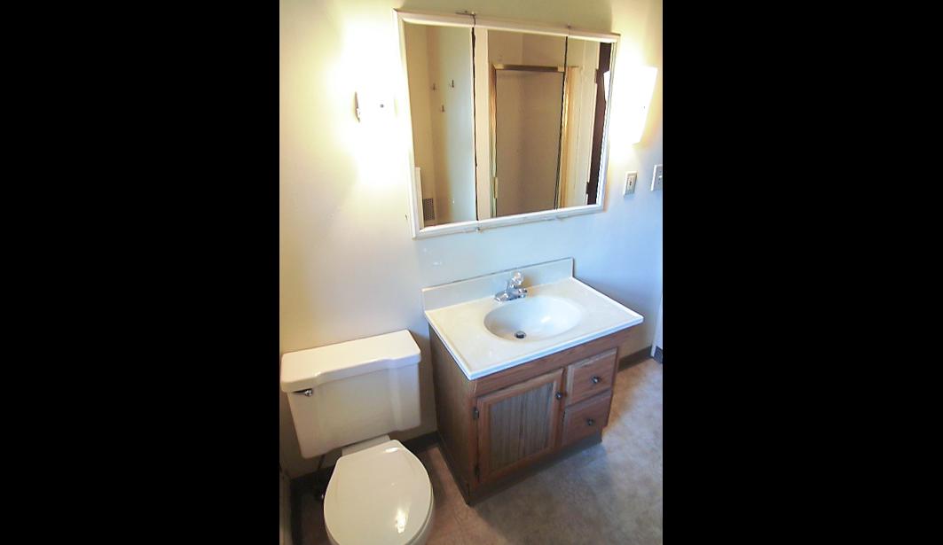 1938 & 1940 Summit Street bathroom